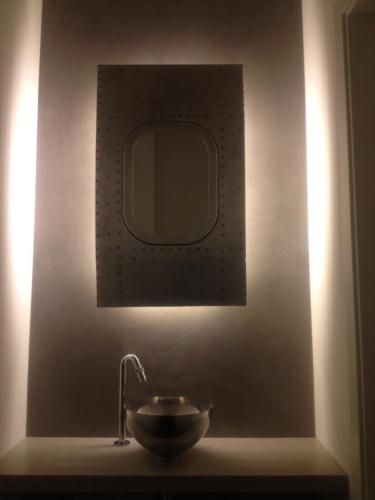 Hublot de Boeing 707 reconverti en miroir de salle de bains.jpg