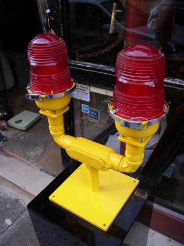 Lampe de piste rouge double pic 1.JPG